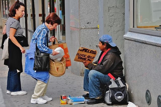 web1_800px-Helping_the_homeless